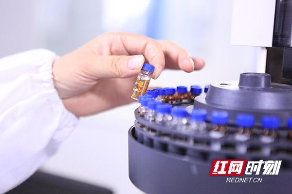 赛隆药业配置了一批美国FDA推荐的、国际药品研发机构认同的大型精密仪器。蒋炼 摄.jpg