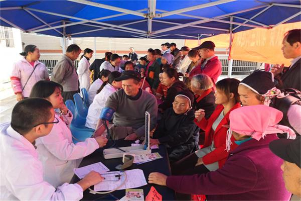 天心区组织医疗专家团队在通道义诊.png