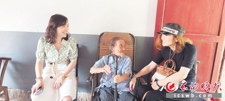 周奶奶与长沙志愿者相谈甚欢。 长沙晚报通讯员 王先生摄