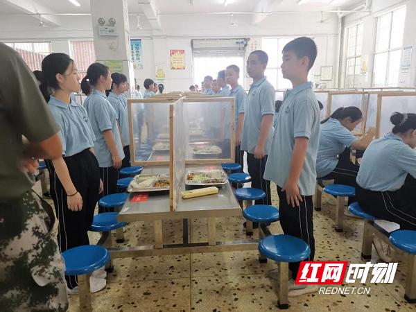 """开学第一天,湘一芙蓉第二中学学生""""文明就餐""""。.png"""
