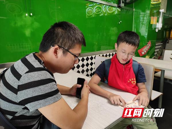 """小小志愿者向食客倡导""""文明餐桌""""。.png"""