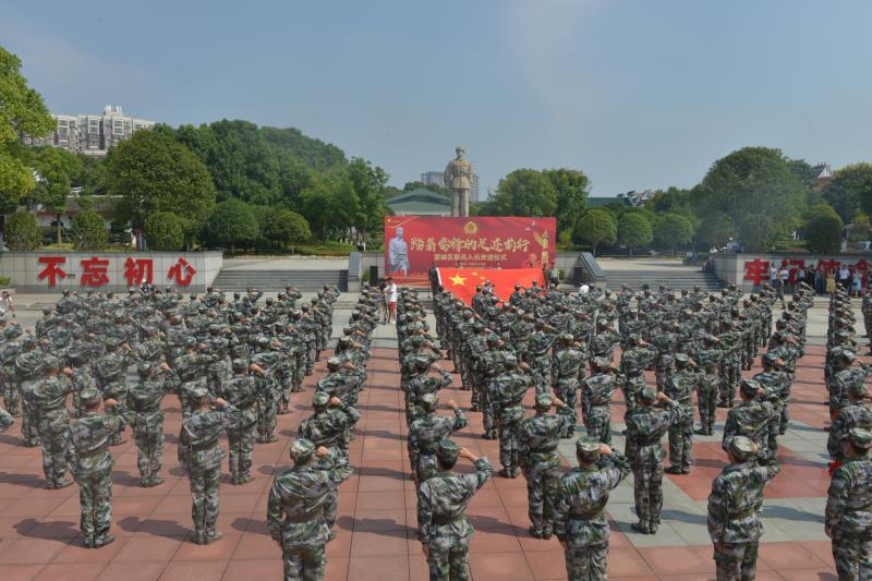 新战士们在雷锋雕像前向国旗宣誓。  记者 朱华 通讯员 王希明摄