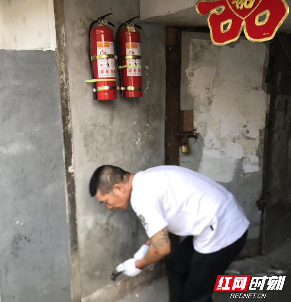 """小区安装灭火器 筑牢安全""""防火墙""""_乡街新闻"""
