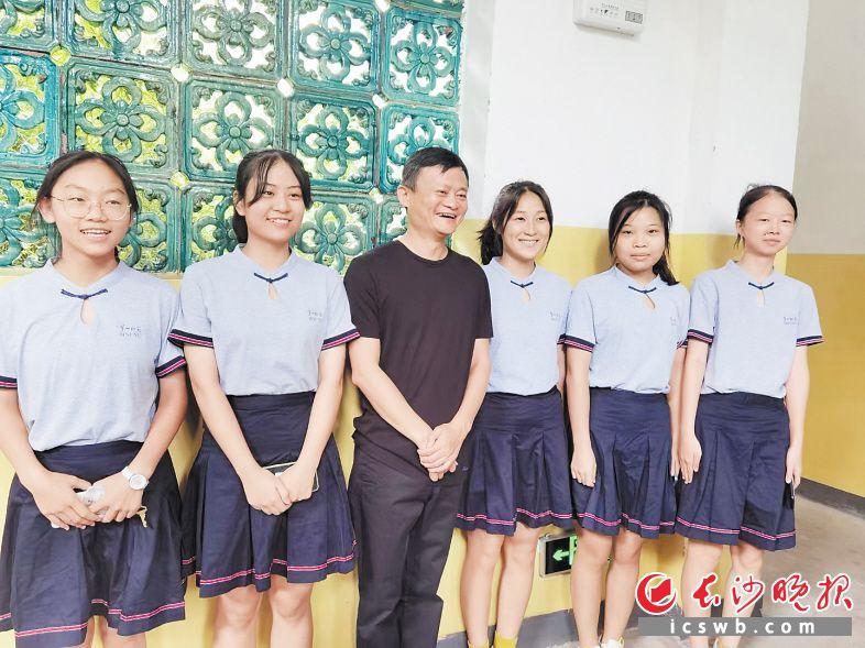 9月13日上午,马云走进湖南第一师范学院城南校区,与师生们互动。图为马云与一师学子合影。  长沙晚报通讯员 朱德军 供图