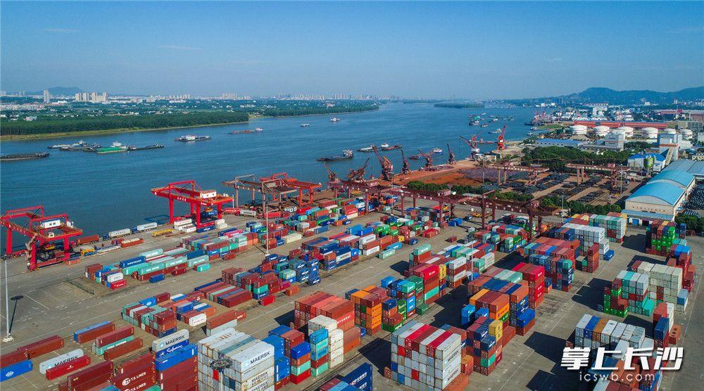长沙新港码头上,整齐的摆满了集装箱,一辆辆满载货物的转运卡车在港区来回穿梭,湖南产品在这里转运,走向海内外。长沙晚报全媒体记者 王志伟 摄