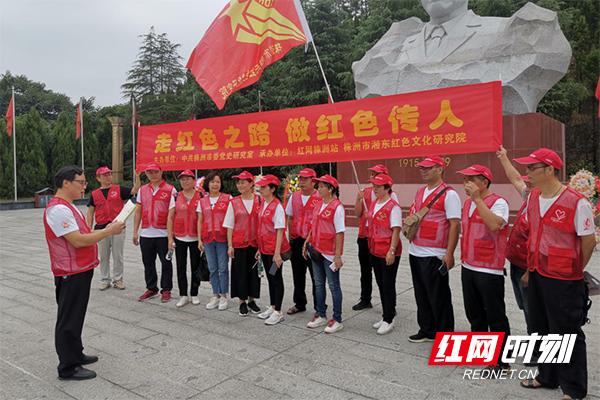 在胡耀邦广场,志愿者一起诵读初心故事.jpg
