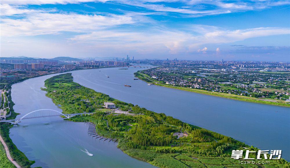 """巴溪洲水上乐园绿意融融,一个国际水平的旅游度假区和山水洲融合的生态片区初见雏形。随着""""河长制""""的深入落实, 湘江长沙段水质已经达到Ⅲ类以上。"""