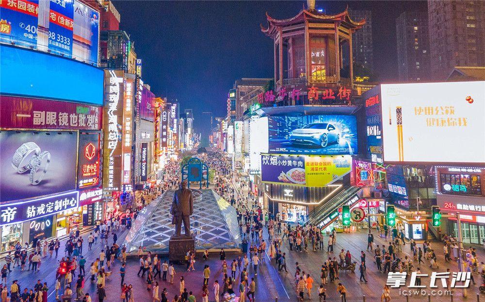 """黄兴路步行街,人头攒动,日益丰富的夜间场景,让长沙成功问鼎""""中国十大夜经济影响力城市""""。长沙晚报全媒体记者 李锋 摄"""