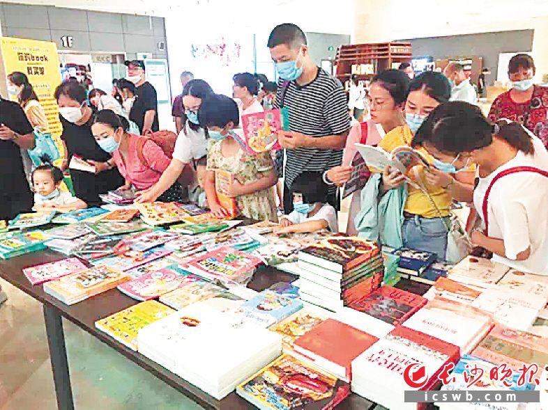 市民在挑选书店带来的畅销新书,男女老少都能找到所爱。长沙图书馆供图