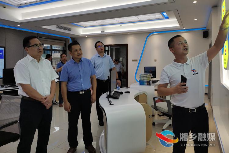调研组在湘乡市融媒体中心指挥调度中心参观。.jpg