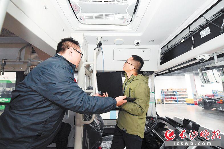 图为长沙智能驾驶研究院技术人员在改装汽车。
