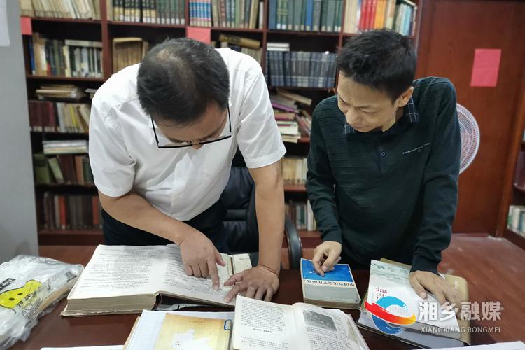 调研组在图书馆调研。.jpg