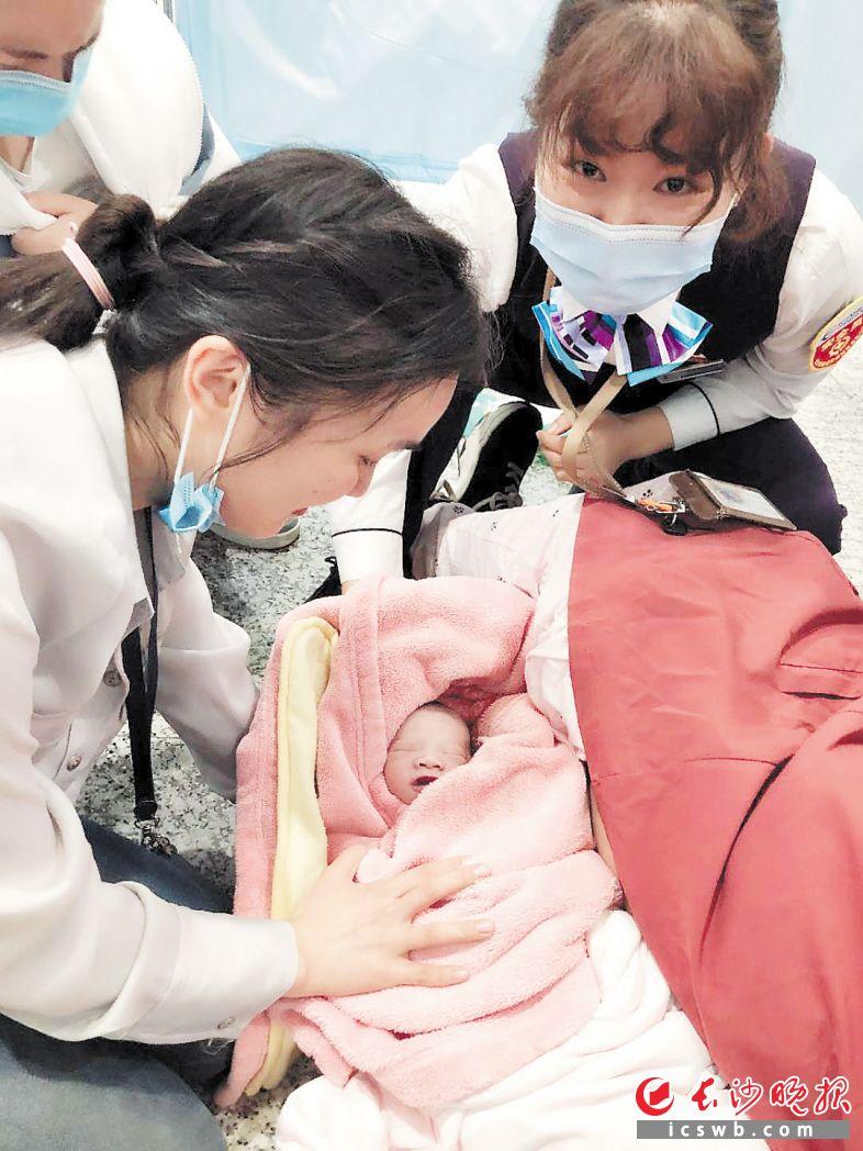 在众人援手下,一名男宝宝在地铁站平安出生。  长沙晚报通讯员 欧阳若溪 摄