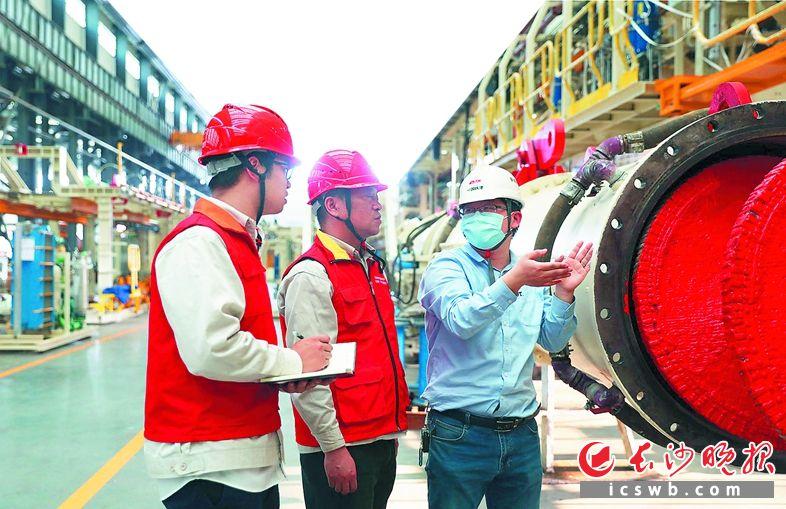 供电公司员工为企业提 供上门用电服务。