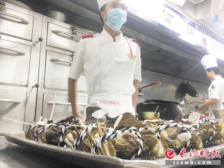 昨天,阳澄湖的头网大闸蟹带着红圈防伪标识爬上长沙餐桌。  长沙晚报全媒体记者 周辉霞摄