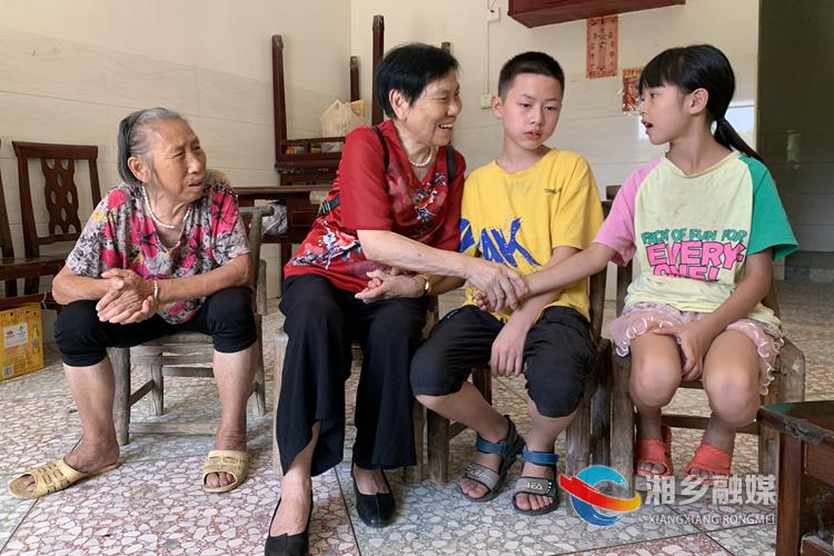 赵伏玲看望贫困学生周瑾轩。.jpg