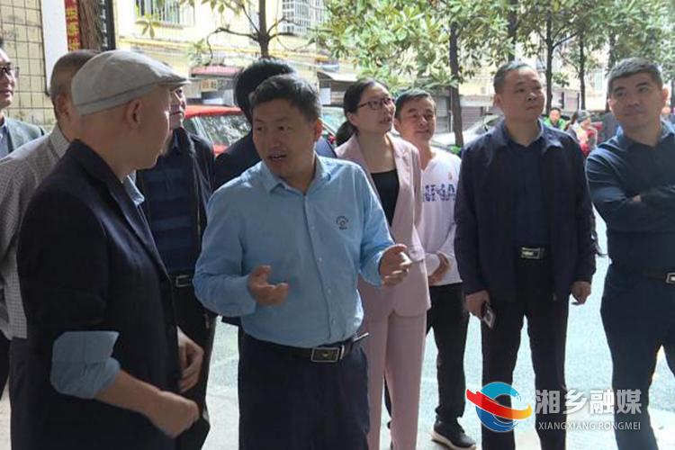 调查组在涟滨小区了解相关情况。.png