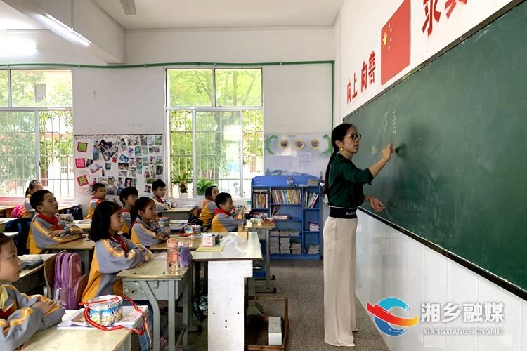 师耀龙城|舒琼:躬耕教育26载 点燃学生心中的明灯
