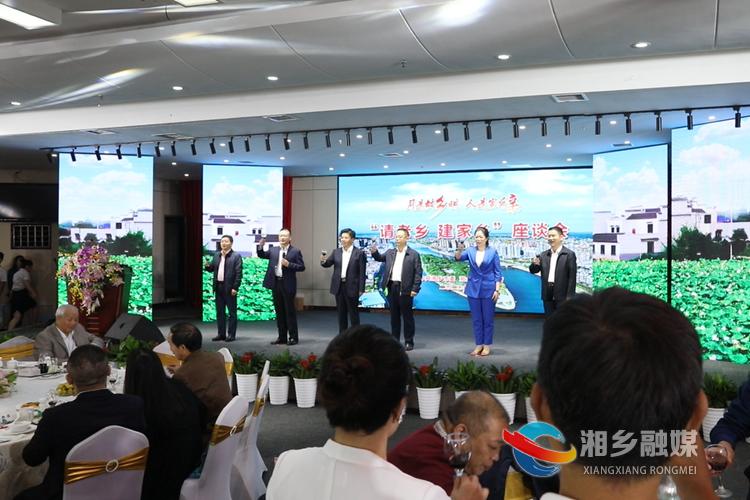 戴德清、彭瑞林、周俊文、周赏玲、李文亮、彭初阳一同举杯,对嘉宾们的到来表示热烈欢迎。.png