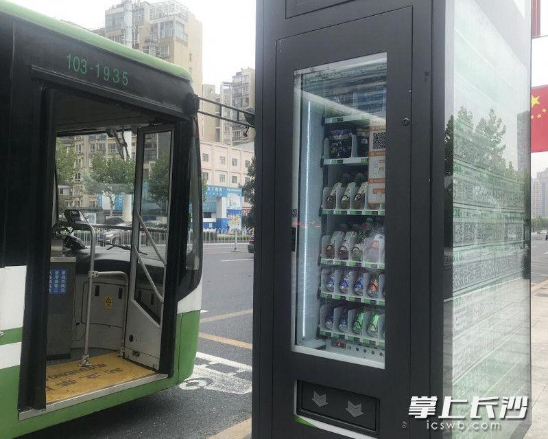 柜体内置的自动售货机可购买饮料和食品。