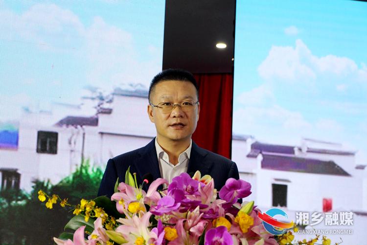 市委副书记、市长周俊文主持座谈会。.jpg