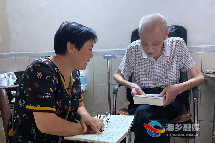 肖琼在刘枝桥家为他上党课.jpg