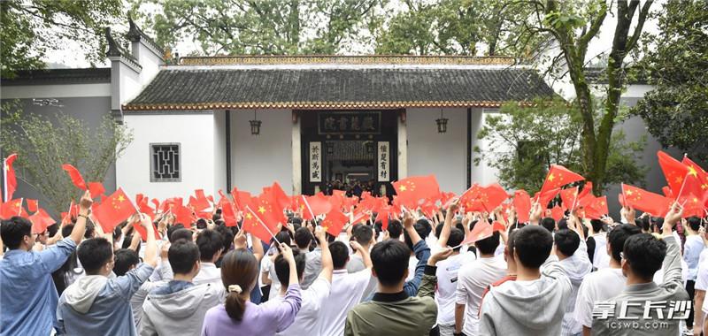"""10月2日上午,湖南大学部分学子齐聚岳麓书院举行了""""我的祖国""""主题快闪活动。长沙晚报全媒体记者 余劭劼 摄"""