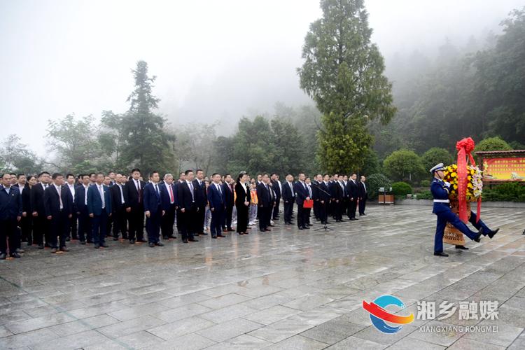 礼兵伴着乐声抬起花篮,缓步走向烈士纪念碑。.jpg