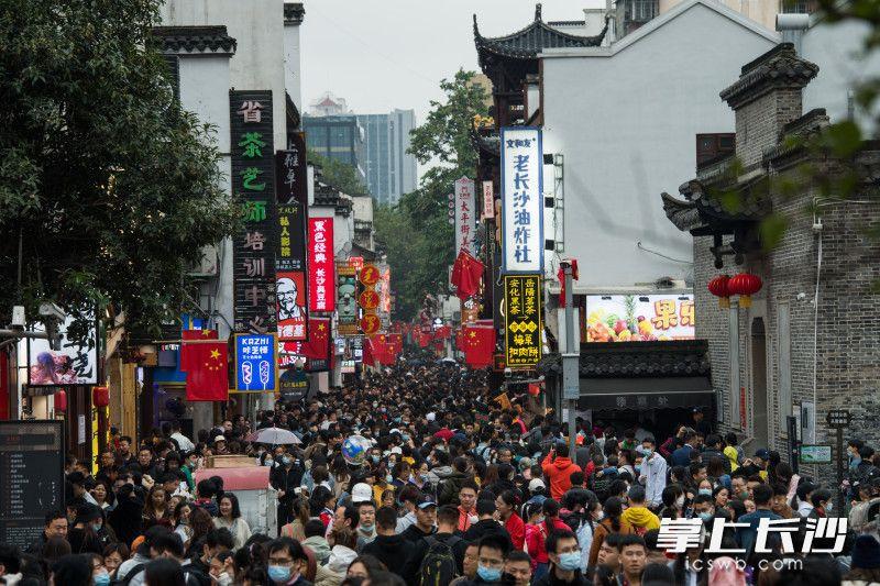 太平街人潮涌动。