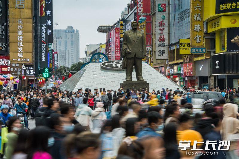 在解放路司门口人行通道,游客们通过红绿灯路口。