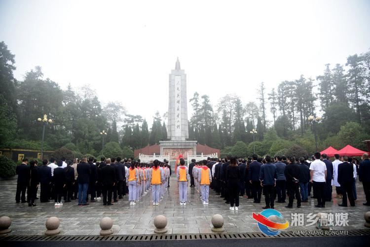 9时30分,湘乡向烈士敬献花篮仪式正式开始。.jpg