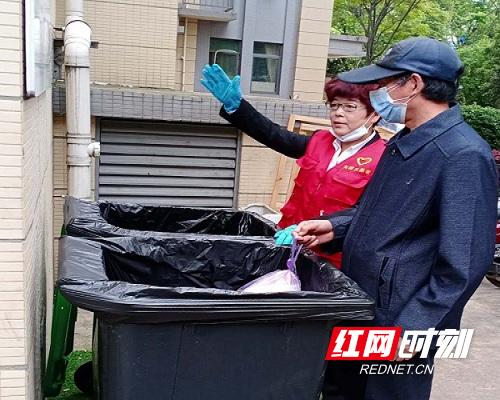 芙蓉区东瑞社区陈白华指导张大爷垃圾分类.jpg