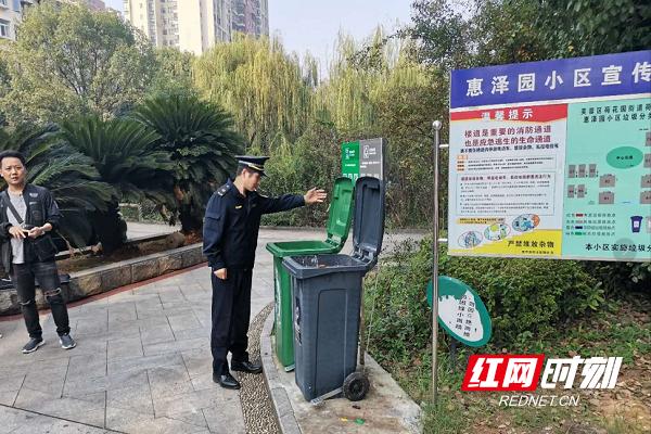 执法大队工作人员在惠泽园小区逐一检查垃圾桶投放情况。.png