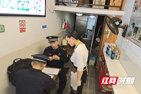 执法大队工作人员在统桶发店内执法。.png