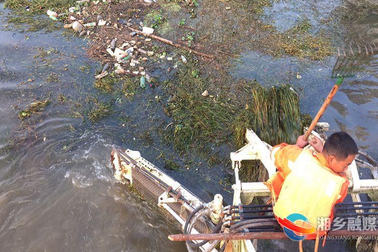 """船头的机械""""手臂""""把河面上的漂浮物团团围住.jpg"""
