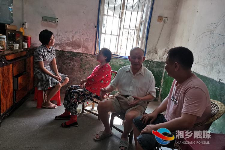 李海泉和老伴一起协调邻里矛盾纠纷。.jpg