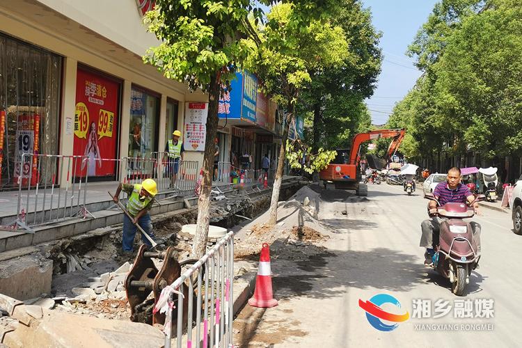 棋梓镇镇区的排水工程改造项目施工现场。.jpg