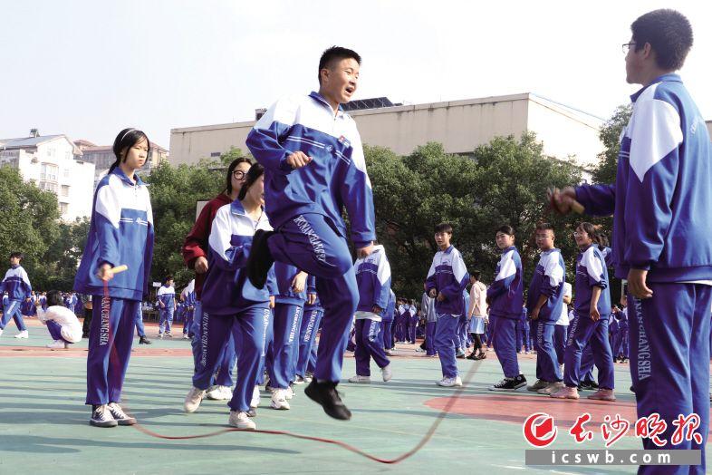 长沙航天学校的学生参加集体长绳比赛项目。