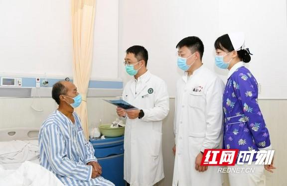 图片说明:颌面创伤科田磊主任与患者交流康复情况。.marked.jpg