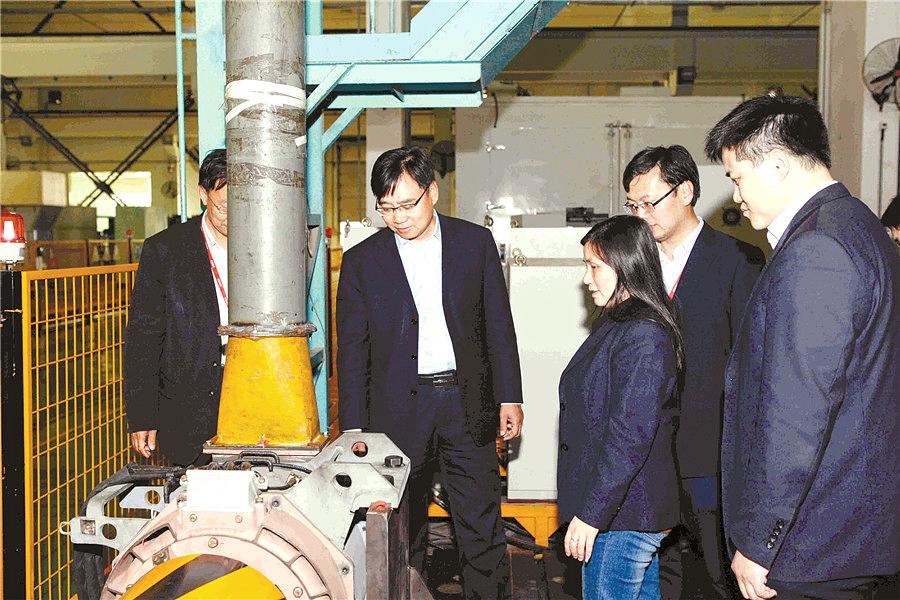 2016年3月31日,冯江华(左二)指导高速动车组永磁电机试验。(资料照片).jpg