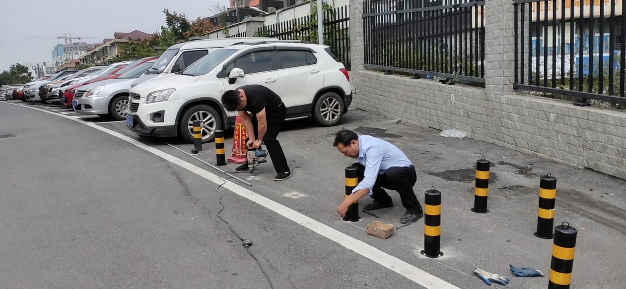 工作人员正在安装固定路障.png