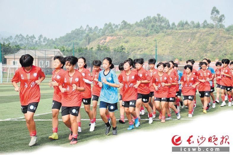 长沙市U13女子精英集训队在广州恒大足校训练。  市足协供图