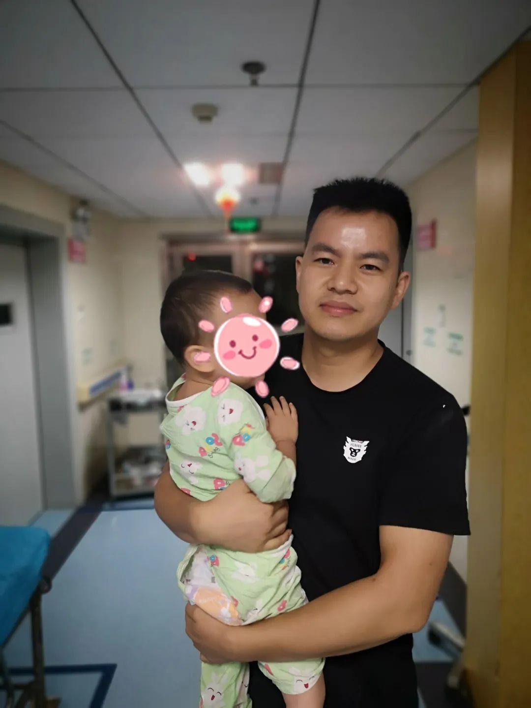民警刘志雄悉心照料嫌疑人的孩子。通讯员 供图