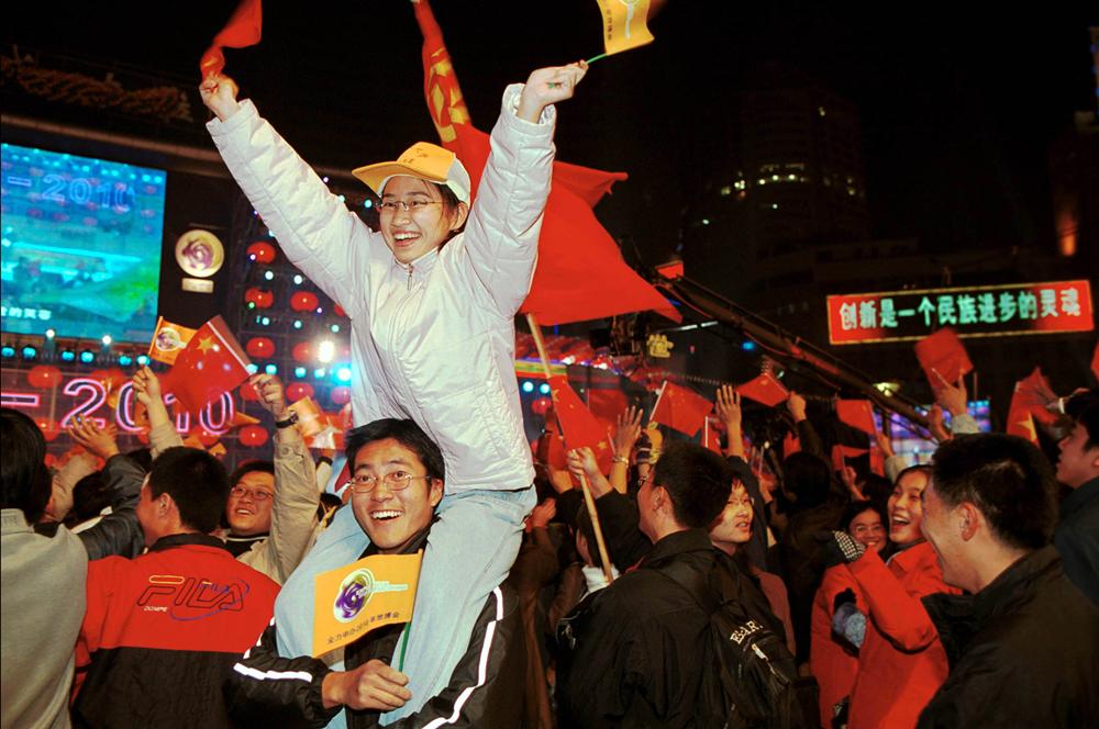 2002年12月3日,上海南京东路世纪广场,民众欢呼上海取得了2010年世博会举办权。雍和 摄影