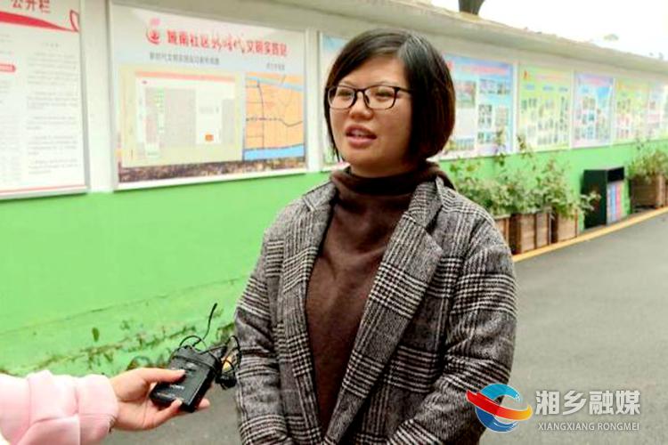 城南社区党总支书记喻灿燕接受采访。.png