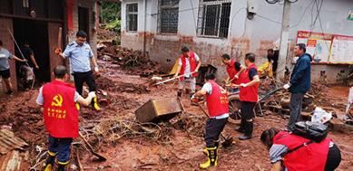 湘西州凤凰:文明实践志愿服务队义务清淤暖民心