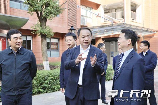 郑建新调研全市教育均衡发展。 刘书勤 摄