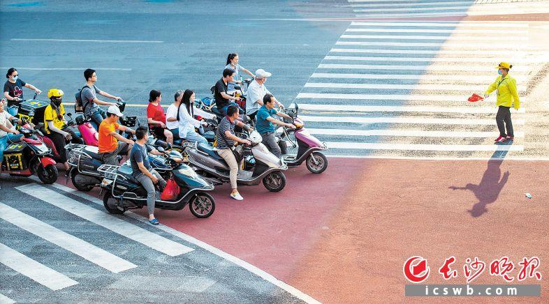 营盘路蔡锷路口,市民们在等待区有序等待红灯,文明礼让。邹麟 摄