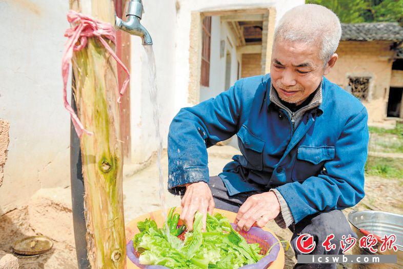 在望城区扶贫干部的努力下,五保户曾安其等人饮水问题得到了解决。