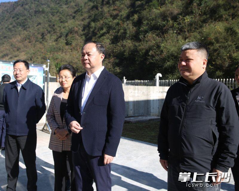 郑建新带队到龙山县调研指导精准脱贫对口帮扶工作。 长沙晚报通讯员 朱勇